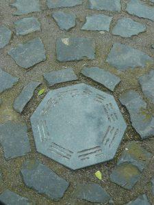 Kraftplatz mit Schutzsymbol Trigramm