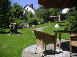 Eine geomantische Gartengestaltung mit einer Steinsetzung auf einem Kraftort zur Aktivierung des unteren Gartenbereichs.