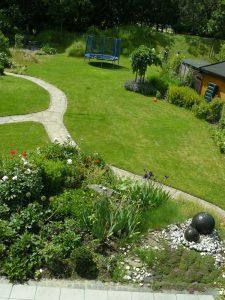Gesamtansicht einer geomantischen Gestaltung eines größeren Gartens