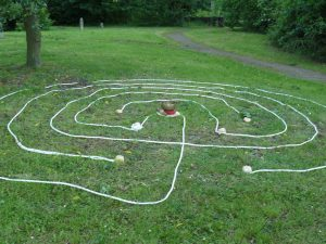 Geomantisch ausgerichtetes Labyrinth - hangaufwärts von Westen nach Osten