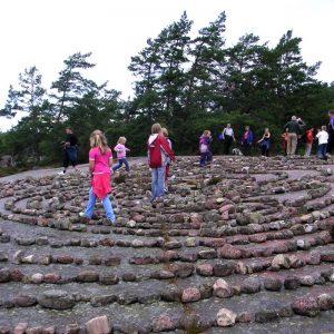 Spontane Begehung eines Labyrinths durch Touristen