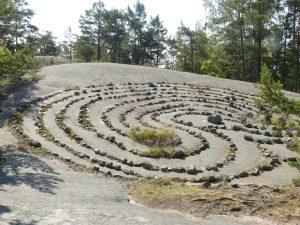 Labyrinth am Hang gelegen mit Eingang vom Tal zum Berg