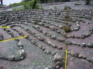 geologische Spalte/Risse im Felsen durch innere Eckpunkte und Mitte des Labyrinths