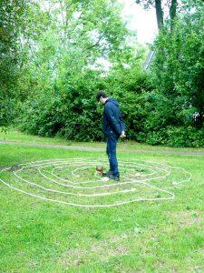Meditative Begehung eines temporären Labyrinths aus Seilen