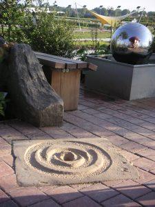 Lithopunktion eines Erdehilfesteins zur Unterstützung der Erdkräfte am geomantischen Kraftort