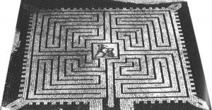 Ein römisches Labyrinth als Bodenmosaik mit Darstellung des Theseus im Kampf mit dem Minotauros
