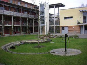 Innenhof des Wohnprojektes mit neuem Brunnen zur Aktivierung des Zentrums
