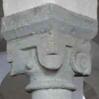 """Die Westsäule in der Drüggelter Kapelle mit 3 Köpfen im Kapitell mit dem Widderkopf als Hinweis auf einen """"verteufelten"""" 3 Götter-Kult."""