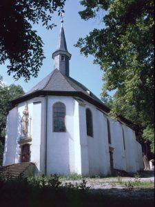 Die Antoniuskapelle in Menden auf dem Rodenberg mit Heilquelle am Kreuzweg