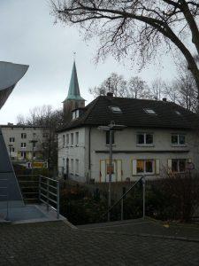 Im Vordergrund der Standort des ehemaligen Weilenbinkhofs, heute Kindergarten Peter und Paul, und im Hintergrund die Propsteikirche St.Peter und Paul.