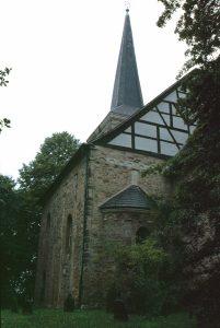 Die Stiepeler Dorfkirche von Südosten gesehen mit dem alten Friedhof im Vordergrund