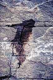 geologische Wasserader in einem Spalt / Kluft im Felsen