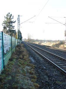 Die Eisenbahnstrecke der Hellwegbahn zwischen Unna und Soest, hier bei Unna-Mühlhausen, verläuft genau parallel zum Hellweg.