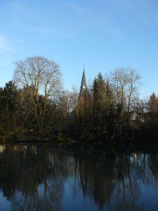 Quellteich der Ahsequelle bei der evangelischen Kirche in Lohne direkt nördlich vom Hellweg.